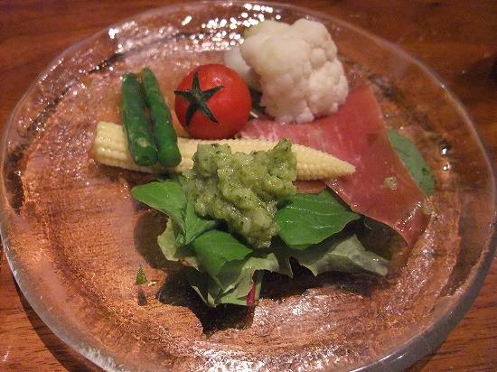 ②イタリア産生ハムと季節野菜のサラダ ブロッコリーのピューレソース 取り分け.jpg